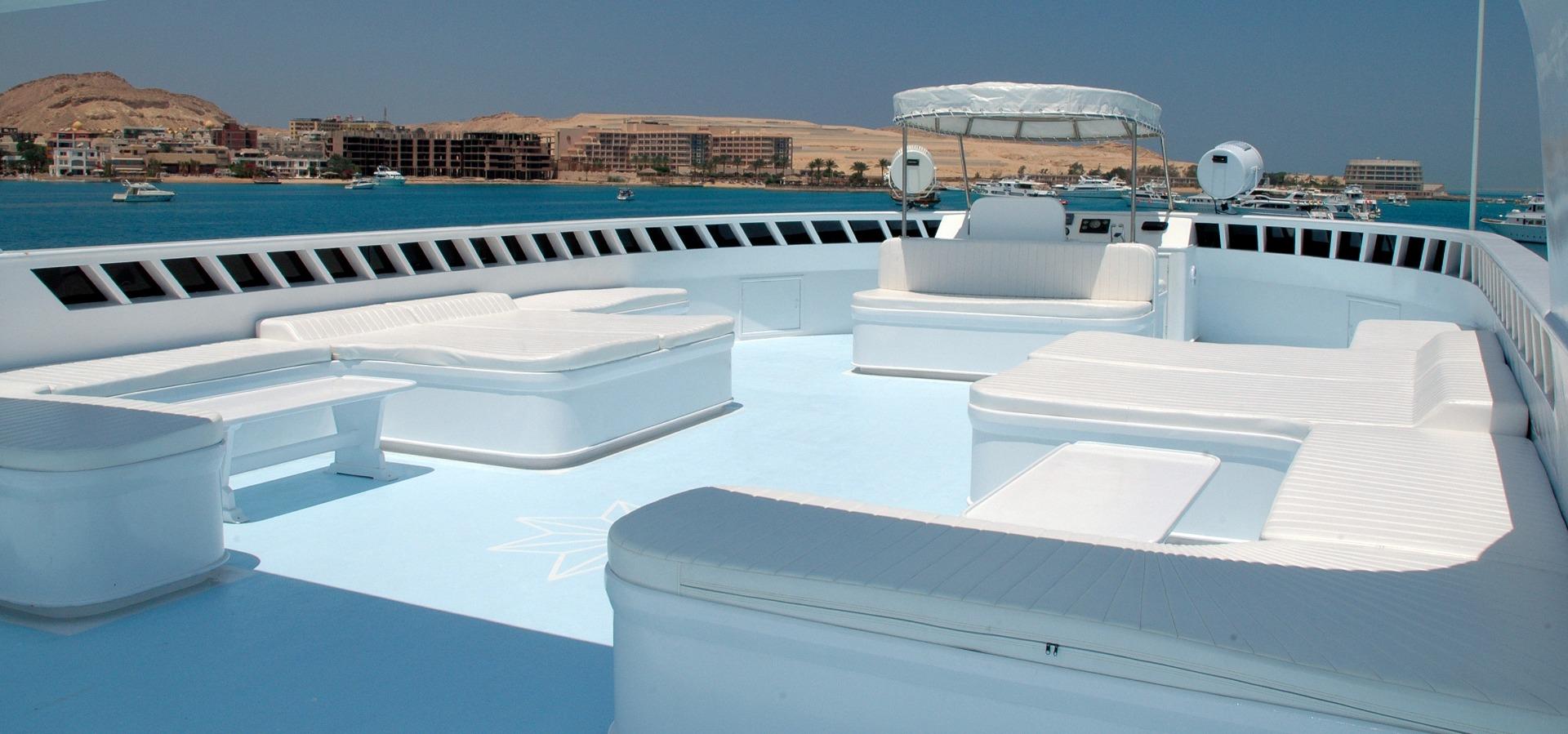 M/Y blue Horizon liveaboard top sun deck