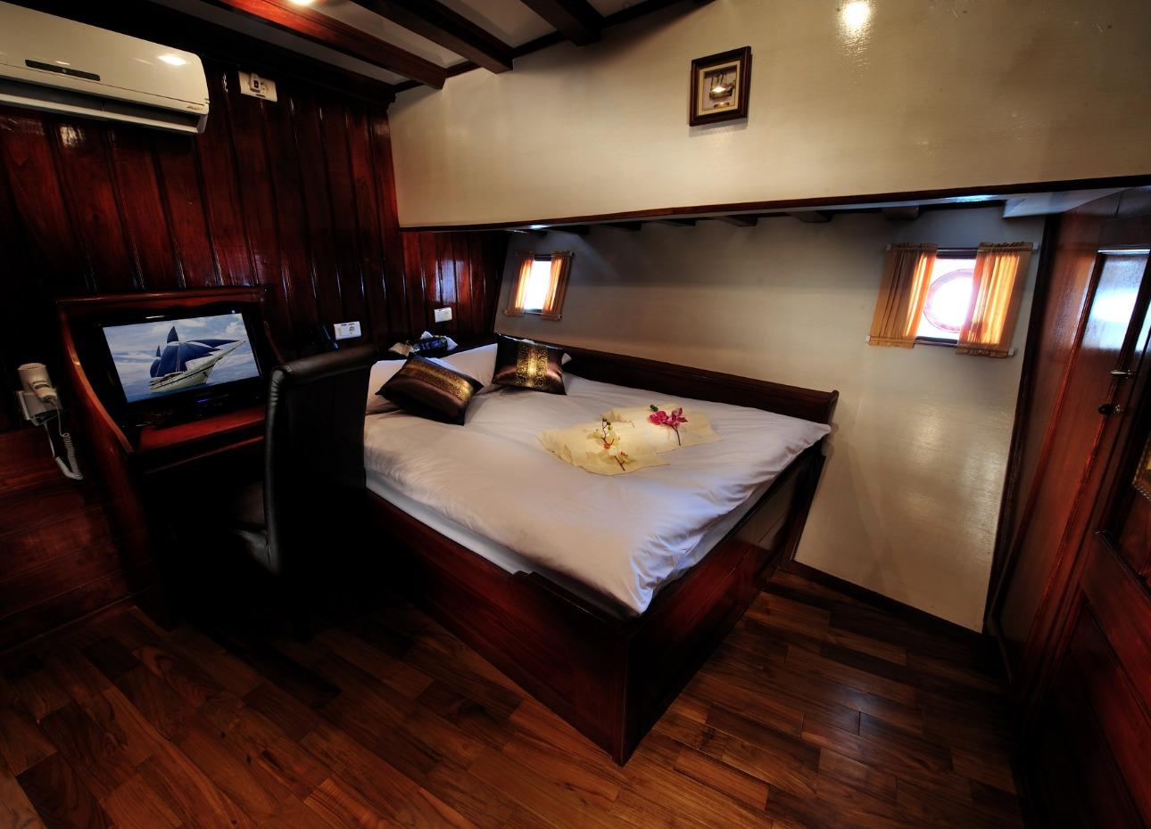 Philippines Siren, Double Cabin, image,